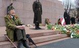 Участники шествия легионеров возложили цветы к Милде